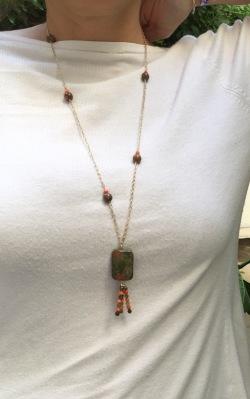 L'apaisante Unakite : Pierre centrale Unakite forme rectangle, agates teintées et facettées
